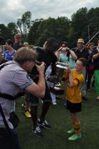 Schalke-Spieler Gerald Asamoha übergibt Johannes Kerlen (Kapitän Knappenstollenstrolche) den Siegerpokal.