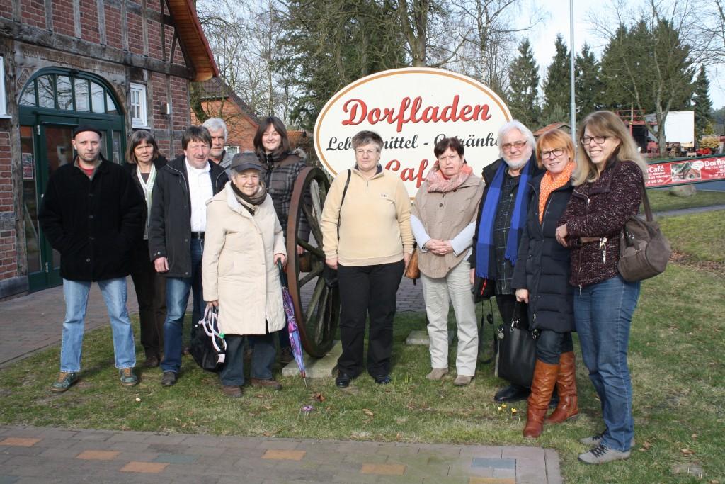 Vor dem Dorfladen in Otersen