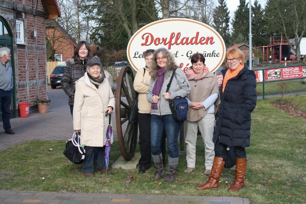 Vor dem Dorfladen in Otersen 2