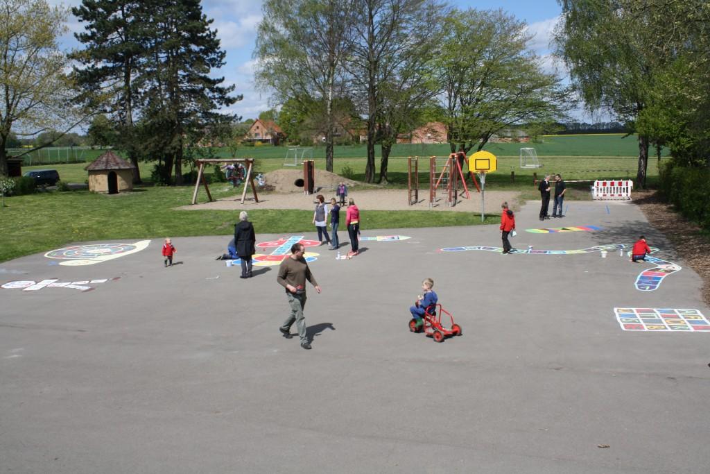 Hüpfekästchen und andere Spiele werden auf den Schulhof gemalt