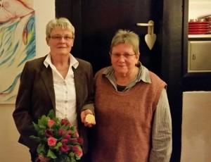 TuS-Vorsitzende Anita Lamottke mit der Gold-Jubilarin Christa Borgmann