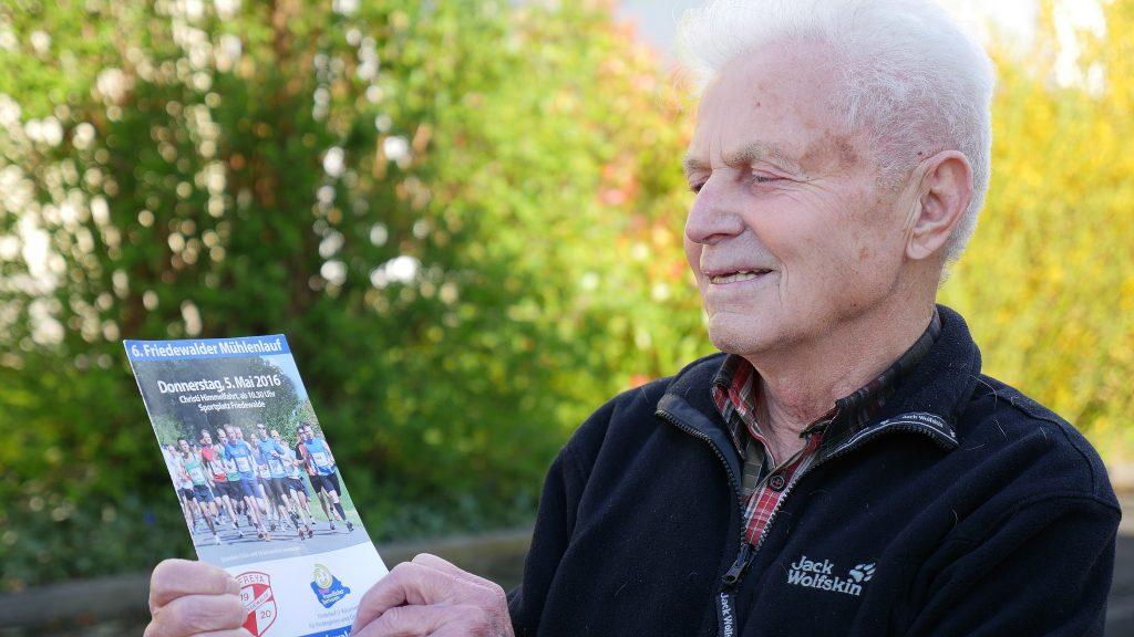 Mit Flyer vom 6. Mühlenlauf TuS Freya Friedewalde: Klaus Augustin (80) aus Hiddenhausen, hier vor seinem Haus. Foto: Jürgen Krüger