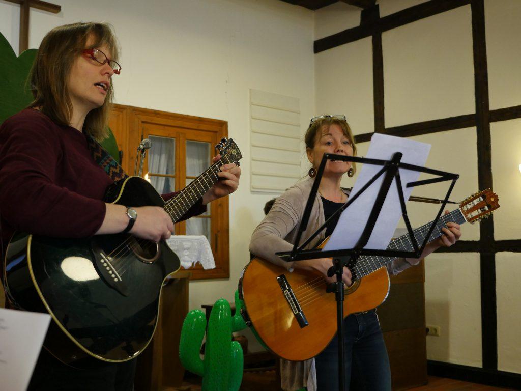 Die Lieder wurden mit Gitarre begleitet. Fotos: Marilena Wiegmann/ Thomas Salberg