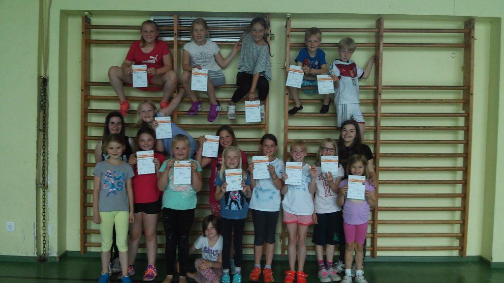 Die Kids mit ihren Sportabzeichen. Foto: Katy Laschewsky