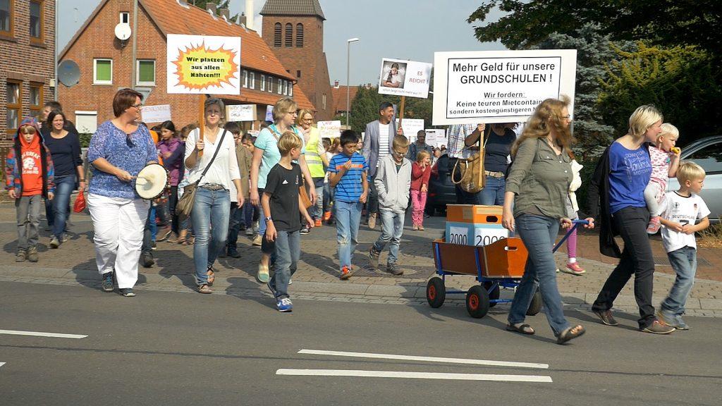 Mit Bollerwagen: Rund 500 Demonstranten zogen von der Grundschule Lahde zum Rathaus. Foto: Jürgen Krüger