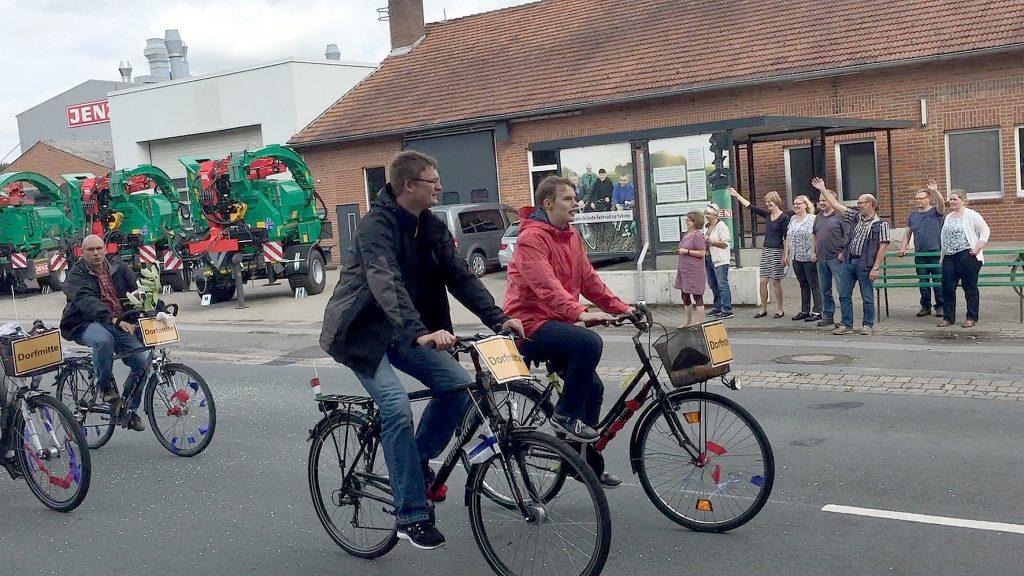Dorfgemeinschaftsfest Friedewalde: Wagenkorso, hier in Wegholm bei JENZ.