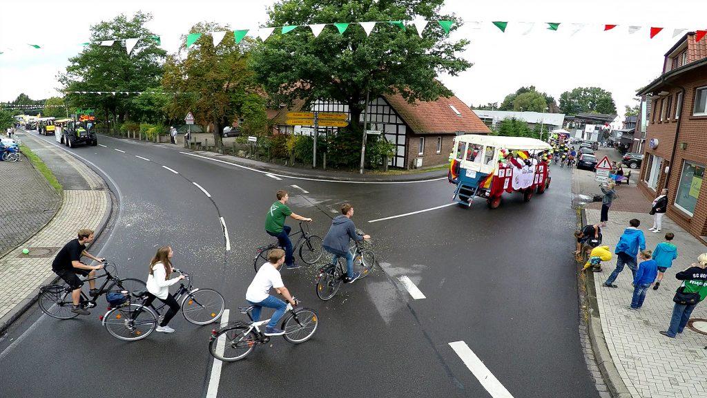 Dorfgemeinschaftsfest: Wagenkorso durch die Gemeinde, hier in der Dorfmitte. Foto: Jürgen Krüger