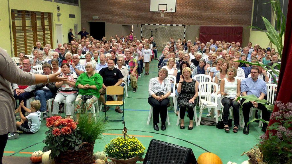 Vierstimmig: Die Zuschauer singen unter der Leitung von Regina Kruse-Mohrhoff einen Kanon.
