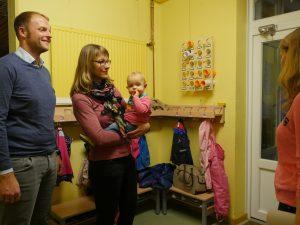 Die Eltern nutzen die Zeit, um sich zu informieren... Fotos: Marilen Wiegmann