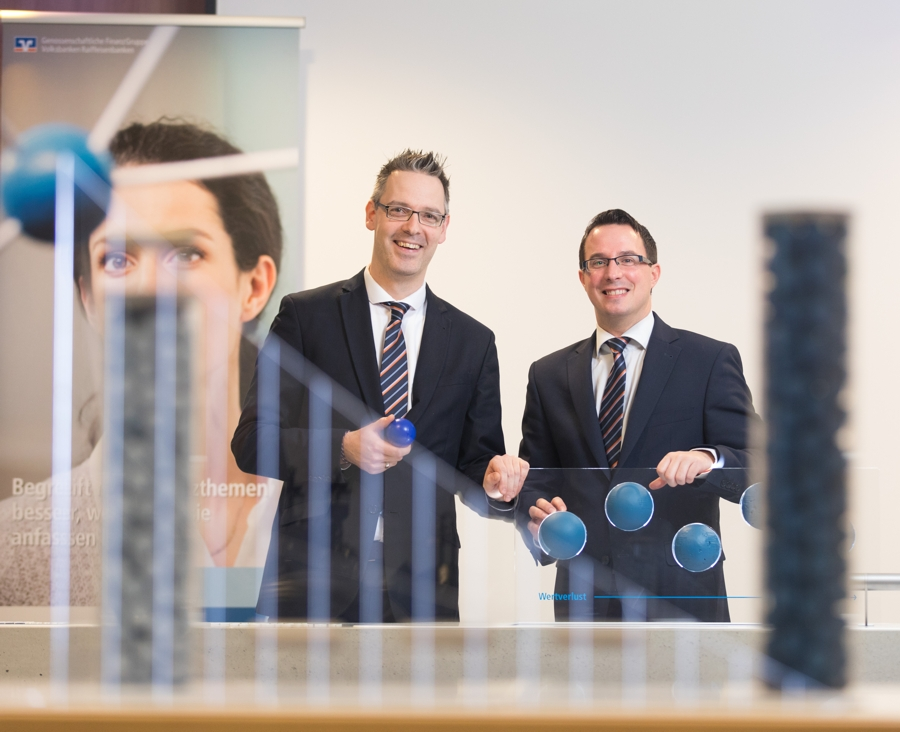 Nils Laufer und Thomas Rothmann führen Besucher durch die Erlebnisausstellung Finanzanlage.
