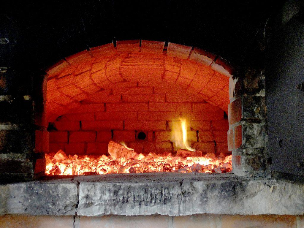 Ganz schön heiß: Blick in den Ofen des Backhauses an der Wegholmer Mühle.