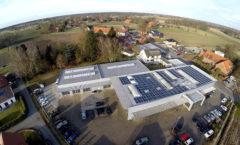 Der Sonne entgegen: Die neue Photovoltaikanlage auf dem Dach von Autohaus Meier. Foto: Jürgen Krüger