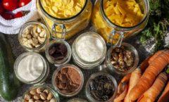 Abbildung mit geöffneten und mit Lebensmitteln befüllten Glasbehältern