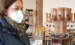Corinna Stöxen beim Einkauf im Unverpackt-Laden
