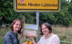 Anne-Maren und Corinna stoßen auf den zweiten Platz an.